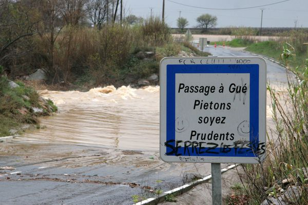 Un passage à gué sous les eaux dans les Pyrénées-Orientales - archives.