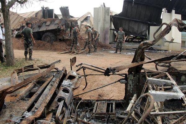 """Le bombardement du camp des soldats français de l'opération """"licorne"""" a causé la mort de neuf militaires français et d'un civil américain."""