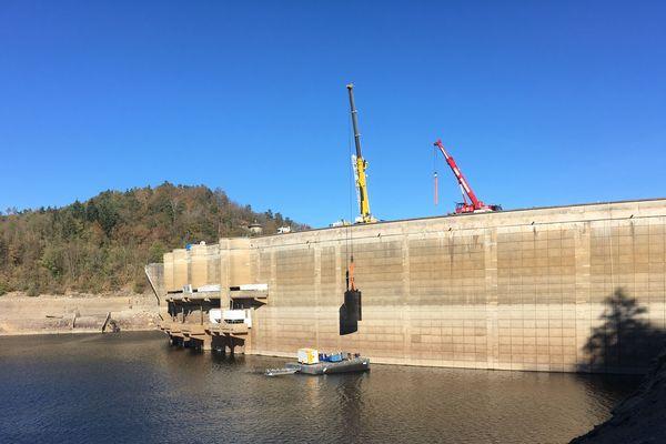 EDF vient de procéder à l'évacuation de 2 vannes de 23 tonnes sur le barrage de Bort-les-Orgues en Corrèze
