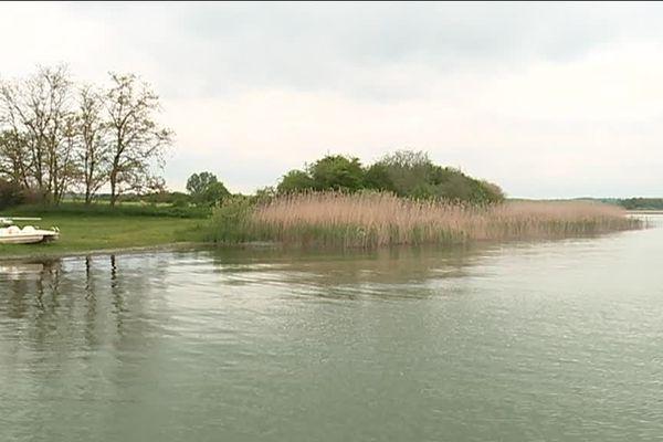 Le village de Bures, 70 habitants, souhaite redonner un coup d'éclairage à sa base de loisirs et se différencier de Bure en Meuse.