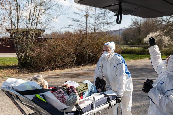 Des ambulanciers lyonnais prennent en charge une patiente suspectée coronavirus COVID-19