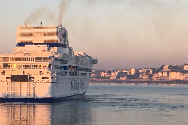 Le ferry Pont-Aven de la Brittany Ferries dans le port de Saint-Malo