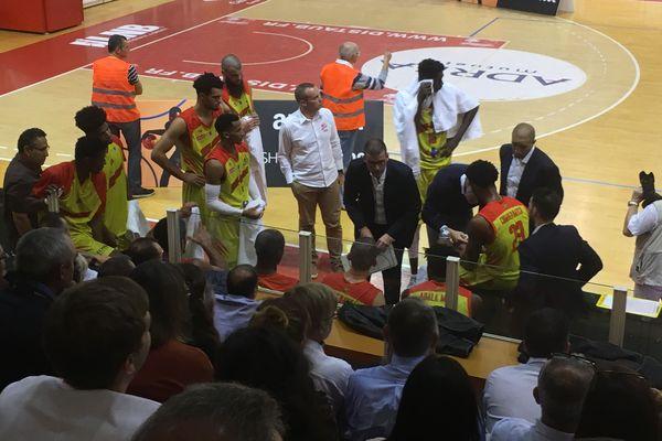 Guillaume Vizade, entraîneur de la JAVCM, motive ses troupes à la fin du premier quart-temps