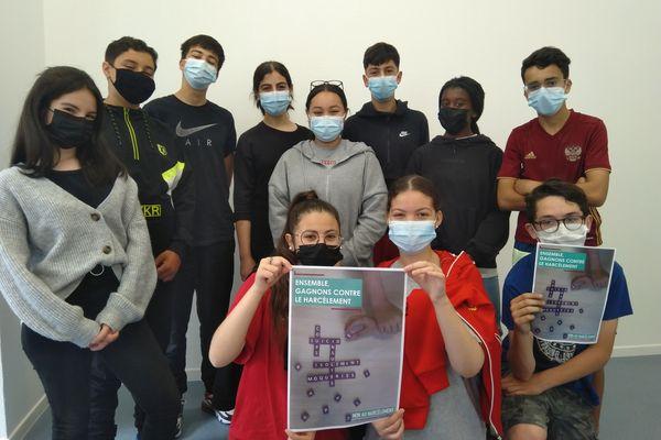 Les élèves du collège Rabelais de Mons-en-Barœul avec leur affiche, premier prix dans cette catégorie du concours 2020 « Non au Harcèlement » du ministère de l'Education nationale.