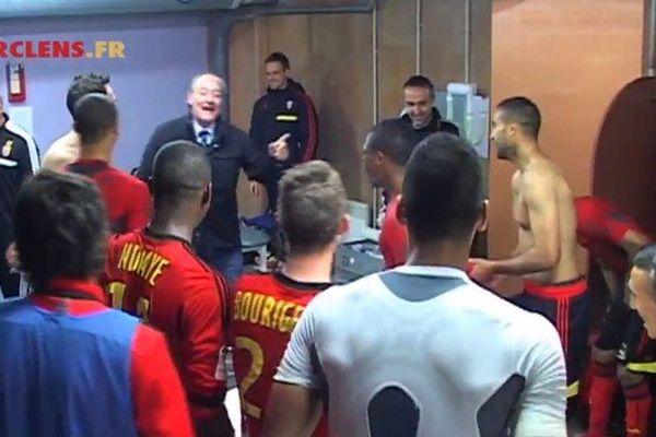 Gervais Martel félicite ses joueurs dans les vestiaires après le match Istres-Lens.