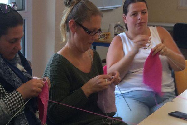 Les tricoteuses des Bruyères à Dieppe créent de la layette pour les bébés prématurés