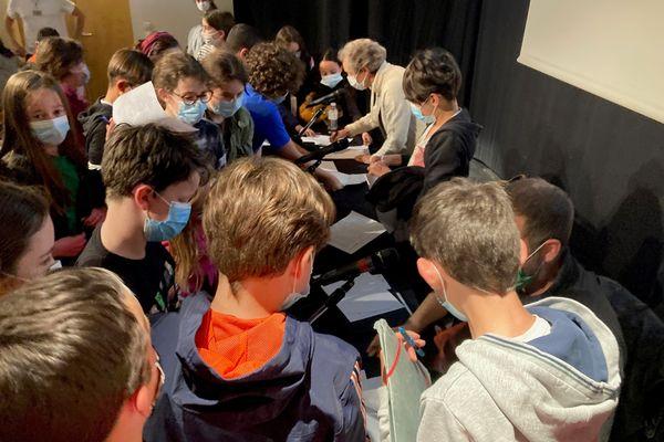La séance de dédicaces a été un beau moment de partage entre les auteurs et les enfants membres du jury