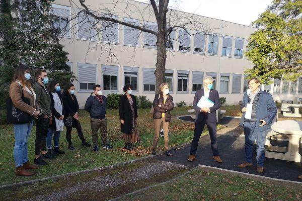 Le président de la région Auvergne-Rhône-Alpes Laurent Wauquiez rencontrait mardi 17 novembre les élèves de l'école d'infirmiers de Clermont-Ferrand mobilisés face au COVID.
