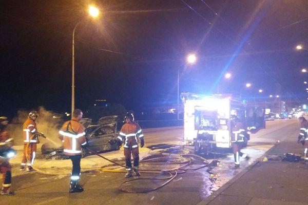 Une voiture a pris feu sur le Pont Neuf, qui enjambe la Vienne au pied du quartier de la Cité.