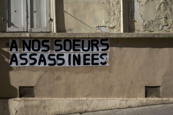 """Un collage contre les féminicides : """"A nos soeurs assassinées""""."""