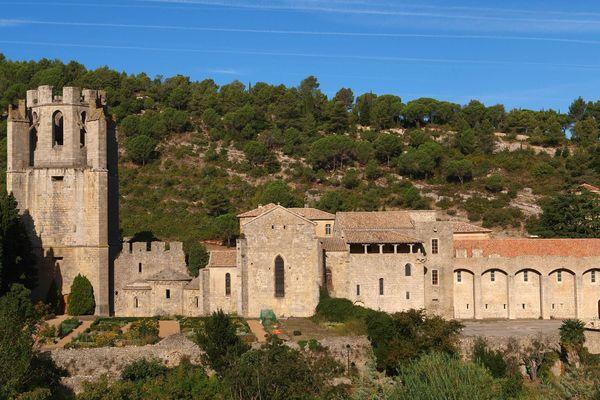 L'abbaye Sainte-Marie de Lagrasse vue du village