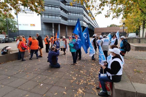 Une cinquantaine de manifestants devant le Conseil départemental.