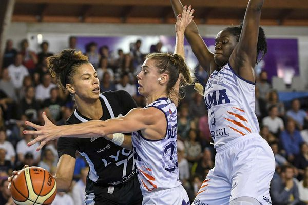 La basketteurse de Lyon Asvel, Alysha Clark, en difficulté face à la défense de Lattes lors du match 3, en finale championnat de France basket féminin, remporté 72 - 61 par les Gazelles.