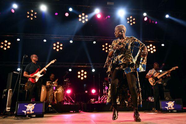 Les fans corses de la grande Angélique Kidjo, lauréate d'1 Grammy Award en 2020, devront encore patienter avant de la voir sur scène