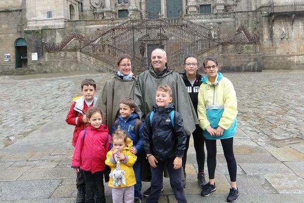Avec 4 filles et 3 garçons, la famille pose au grand complet lors d'une excursion organisée ... avant le confinement !