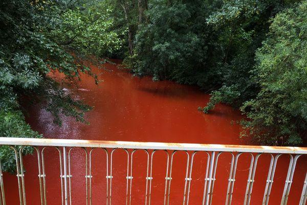 Des eaux rouges qui ont intrigué beaucoup de promeneurs ce matin dans les environs de saint-Maxire dans les Deux-Sèvres.
