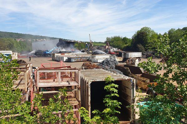 L'incendie sur le site de l'entreprise de récupération Derichebourg a détruit des matériaux entreposés sur place.