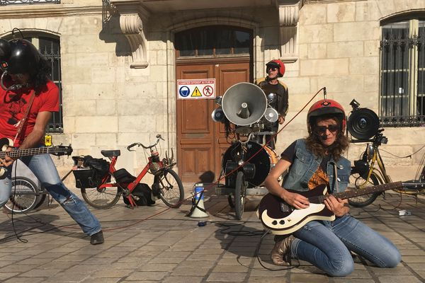 Des solex et des guitares, le Motorcycleshow de la compagnie Virus.