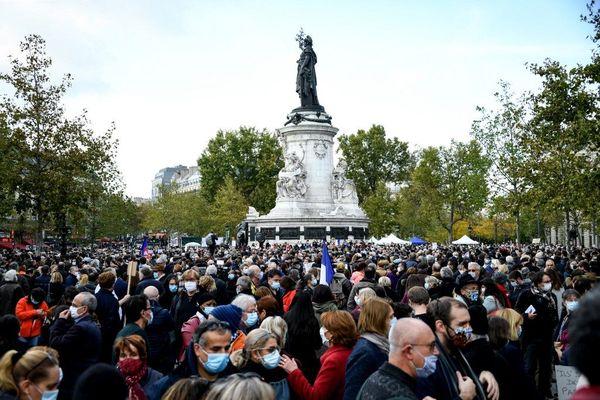 Depuis 15 heures, des milliers de personnes sont sur la place de la République ce dimanche 18 octobre pour rendre hommage à Samuel Paty.