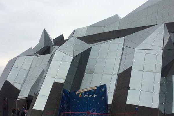 Le kinéMax est la plus ancienne attraction du Futuroscope.