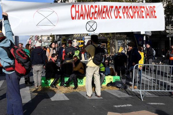 Des militants du mouvement Extinction Rebellion ont bloqué plusieurs heures la rue de Rivoli à Paris.