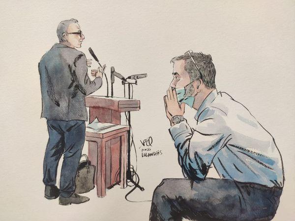 Nordahl Lelandais écoutant le Dr François Danet, expert psychiatre.