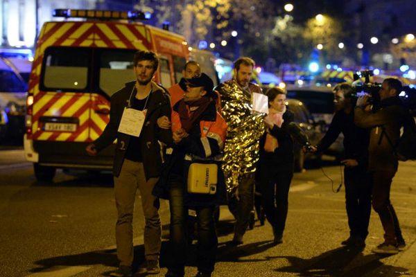 Des victimes de la prise d'otages au Bataclan sont évacuées, le 14 novembre 2015.