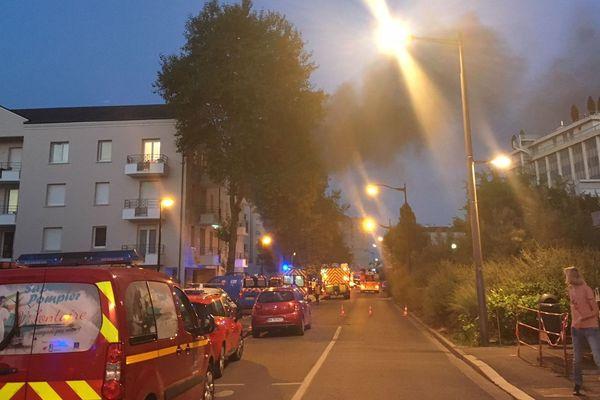 Incendie dans le quartier Saint Marceau à Orléans - Le feu s'est déclaré vers 20h50 dans un appartement du 2e étage du 22 avenue Alain Savary - Il a mobilisé une cinquantaine de pompiers. 3 personnes ont été intoxiquées par les fumées. 18 août 2018