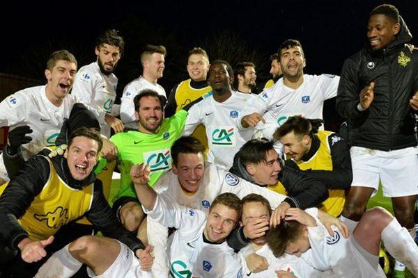 La joie des Malouins à Avranches à l'issue de leur victoire lors de ce 32e de finale de la Coupe de France de football
