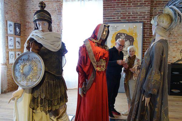 Des costumes retracent l'oeuvre de Cocteau.