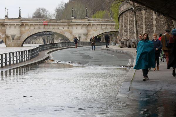 La crue de la Seine sur les quais à Paris, dimanche.