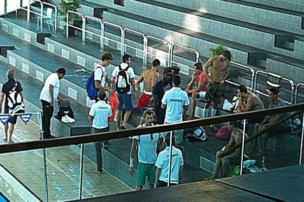 L'équipe de France découvre la piscine olympique de Dijon. Agnel sac à dos bleu, Camille Lacourt en rose, Amaury Leveaux en bas de face lors de la préparation aux championnats du monde natation en juillet 2013.