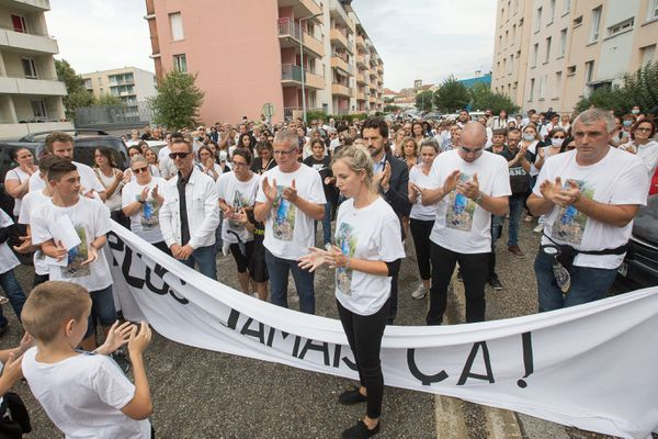 Pres de 300 personnes ont participé a une marche blanche au quartier Nocaze, en presence de sa famille et de ses enfants.
