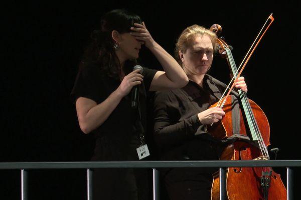 Raphaëlle Boitel et Sarah Tanguy travaillent sur les déplacements que doivent effectuer les musiciens.