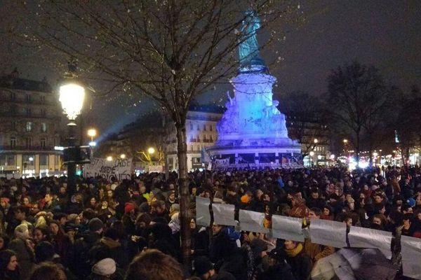 Les opposants à la loi Travail prolongent la mobilisation place de la République, à Paris, dans la nuit de jeudi à vendredi.