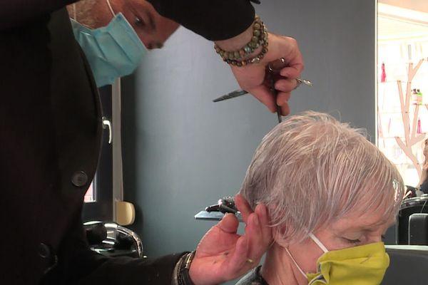 retour au salon pour les professionnels de la coiffure, pour le plus grand bonheur de leurs clients