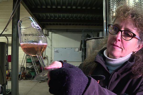 A Bruley, au domaine Régina, lundi 27 janvier 2020, Isabelle Mangeot filtre et goûte le vin de l'automne 2019.