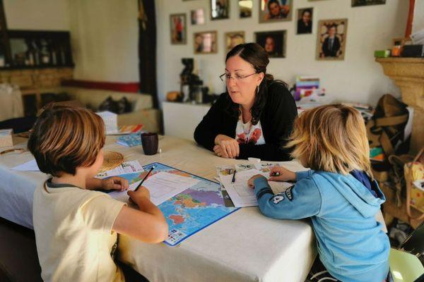Marylène avec ses enfants, enseigne à la maison depuis quatre ans en Haute-Marne.