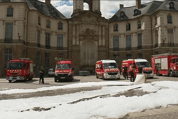 Les sapeurs-pompiers d'Ille-et-Vilaine ont recouvert de mousse la Place de la mairie de Rennes ce mercredi 31 mai pour montrer leur mécontentement.
