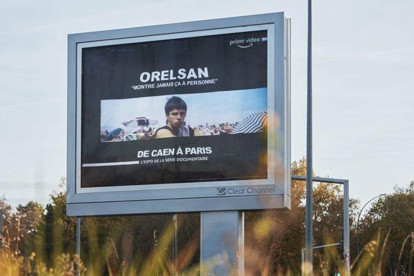 Des photos inédites et intimes du rappeur caennais sont installées sur la route entre Caen et Paris.