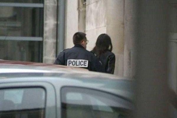 Yan Carabeau arrive ce jeudi matin dans une voiture de police aux Assises de Saintes