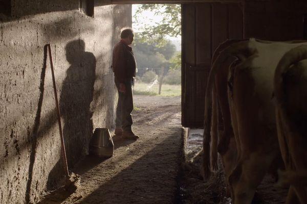 Louis, dans sa ferme de l'Aveyron