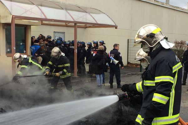 Ce lundi 22 janvier. Une soixantaine de personnels pénitentiaires évacués en douceur, pendant que les pompiers déblaient les restes de pneus incendiés.