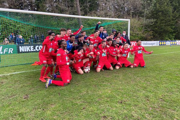 La joie de l'équipe de l'US Montagnarde après sa victoire contre Saint-Brieuc pendant les 32ème de finale de la Coupe de France