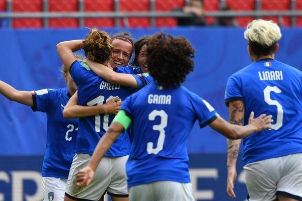 Vingt ans après leur dernière participation en Coupe du monde, les Italiennes renversent l'Australie.