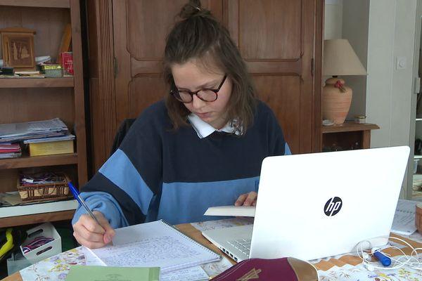 Alice Javouhey, étudiante à Paris, est revenue au domicile de son père à Dijon pour éviter le confinement.