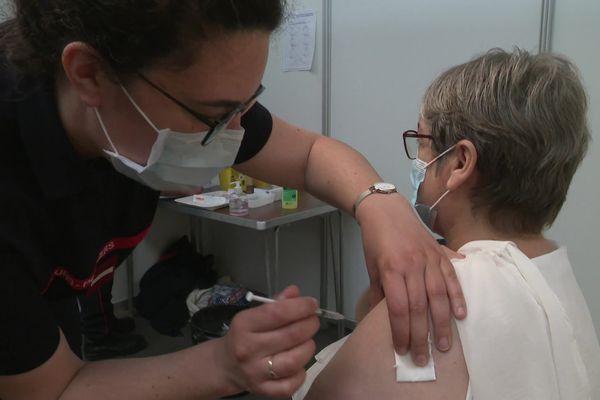 Au centre de vaccination du parc des expositions de Caen.