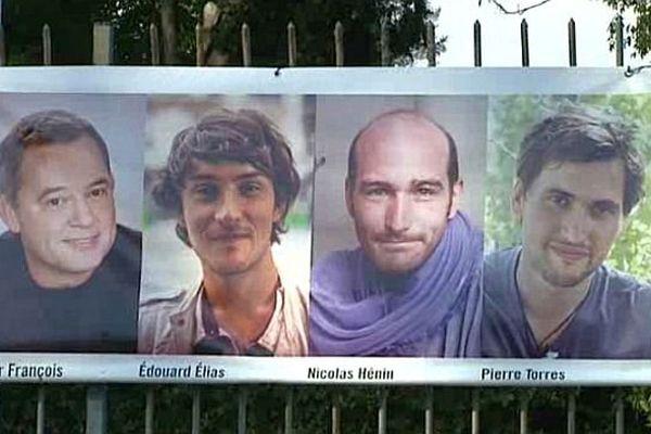 Montpellier - une banderole pour les journalistes otages dévoilée sur les grilles de la Maison des Relations internationales - 22 novembre 2013.