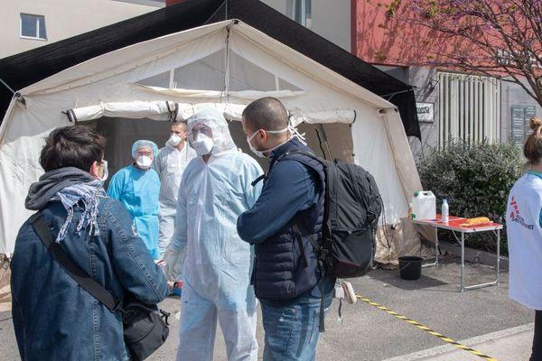 Tente installée par MSF pour le dépistage des malades du covid au centre de soins de Malpassé, à Marseille.