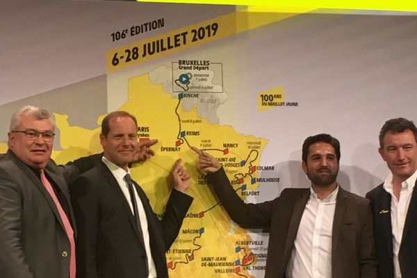 Les élus marnais posent fièrement devant la carte du prochain Tour de France (à gauche Christian Bruyen président du conseil départemental de la Marne aux côtés de Christian Prudhomme, directeur du Tour de France, à droite Arnaud Robinet maire de Reims et Franck Leroy, maire d'Epernay).